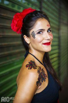 """A """"espanhola"""" de Sílvia Bailly: flor vermelha no cabelo, cropped fresquinho e batom vermelho."""