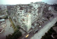 かつて香港には、どの国の政府も干渉することができず、半ば無法地帯と化した巨大なスラム街「九龍城 (クーロン城)」が存在していました。映画やゲームの影響で「魔の巣窟」と受け止められることがほとんどだ