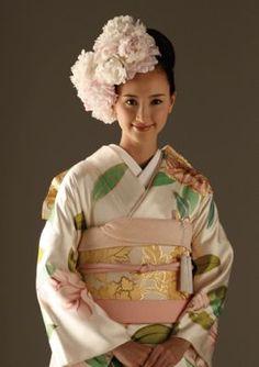 Peony Furisode Kimono and Hairstyle Ethnic Fashion, Kimono Fashion, Asian Fashion, Japanese Wedding Kimono, Furisode Kimono, Kimono Japan, Hair Arrange, Japanese Outfits, Hair Ornaments