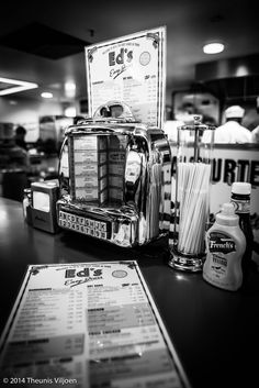 Retro Style Why not use a vintage photo of an authentic American diner to infuse your retro-style kitchen with that all-American feel? - At Ed's Diner 1950s Diner, Vintage Diner, Retro Diner, Easy Diner, Vintage Table, Arcade, American Diner, Soda Fountain, Black And White Pictures