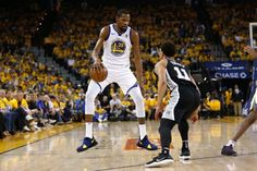 Warriors Shake Off Their Late-Season Stumbles and Thrash the Spurs in Game 1