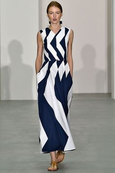 Jasper Conran Spring/Summer 2017 Ready To Wear 2017 spring dress. I would wear with giant silver statement earrings. Fashion Mode, Fashion 2017, Fashion Show, Womens Fashion, Fashion Design, Fashion Trends, Work Fashion, Jasper Conran, Spring Summer Fashion