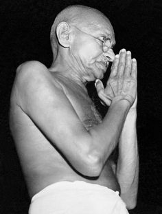 Mahatma Gandhi in the year of violence between Moslems and Hindus, that ultimately forced Gandhi to accept the partition of subcontinent into Pakistan and India. Frases Mahatma Gandhi, History Taking, Judging Others, Peaceful Protest, People Of Interest, Life Rules, British History, Our World, Change The World