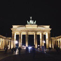 #berlin#germany#pariserplatz#brandenburg#gate#brandenburgertor#neoclassical#architecture#light#night#bright#awesome#happiness#travel#berlino#germania#portadibrandeburgo#architettura#neoclassica# by serena_petrini