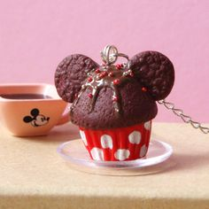 Un délicieux collier 'Famous Mouse Cupcake' en pâte Fimo pour égayer votre tenue.                                                                                                                                                     Plus