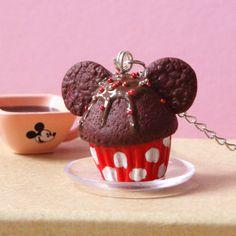 Un délicieux collier 'Famous Mouse Cupcake' en pâte Fimo pour égayer votre tenue.