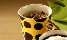 1 gema  - . 3 colheres (sopa) de açúcar  - . 1/2 tablete pequeno de chocolate branco  - . 1 xícara (chá) de leite fervente  - . Raspas de chocolate para decorar
