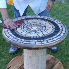 ウナ・メサ・パラ・ハルディン・ヘチャ・コン・ウン・カレテ・デ・マデラ・レシクラド Sieres de los que reciclan todo lo que encuentran y construyen muebles con cualquier cosa、este video tutorial es para ti。Aquíveráscómofabric Mosaic Tile Table, Mosaic Tile Art, Tile Tables, Mosaic Crafts, Mosaic Projects, Mosaic Glass, Mosaic Garden Art, Mosaic Artwork, Wooden Spool Tables