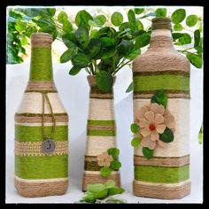 Aqui em casa, sempre temos garrafas de vinho ou de suco de uva por que além Recycled Glass Bottles, Glass Bottle Crafts, Wine Bottle Art, Painted Wine Bottles, Diy Bottle, Yarn Bottles, Bottles And Jars, Wrapped Wine Bottles, Handmade Crafts
