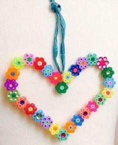 #DIY hartjes hanger van strijkkraaltjes! Met behulp van papa, oma, opa of de oppas maak je deze leuke decoratie voor mama!