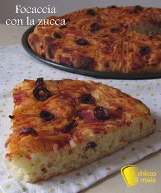 Focaccia con la zucca (ricetta sfiziosa). Ricetta per una focaccia soffice con zucca, pomodoro e olive senza lattosio e anche senza glutine