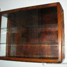 Vitrina antigua de pared, de cristal y madera.