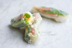 I think a lot of people can agree that fresh summer (or spring) rolls is one of those dishes that you gladly order in a restaurant but rarely make at home. Some of the reasons We were blaming on we…