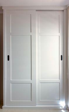 #Armario #empotrado #amedida color blanco, puertas correderas con un costado visto.
