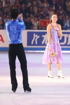 Yuzuru HANYU 羽生結弦 現役引退のキャシー・リードに拍手を送る羽生結弦=フィギュア国別対抗戦