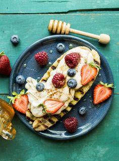 Peanut butter yogurt grilled banana splits