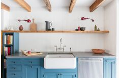 One of the cabinet colors that attract attention is blue kitchen cabinets. The blue color is the color that is very striking, but if arranged properly it Blue Kitchen Cabinets, Big Kitchen, Kitchen Cabinet Colors, Kitchen Backsplash, Kitchen Dining, Kitchen Decor, Green Kitchen, Beadboard Backsplash, Shaker Cabinets