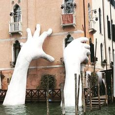 Italian sculptor Lorenzo Quinn's massive new sculpture, 'Support,' is a stark warning on the impact of rising sea levels. Art Photography Portrait, People Photography, Vintage Photography, Landscape Photography, Lorenzo Quinn, Italian Sculptors, Venice Canals, Venice Biennale, Art And Architecture