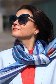 """(Werbung / AD) Im Frühling 🌸 werden die dicken und eher dunklen Schals durch bunte und leichte Tücher abgelöst. 🌷🌸 Bunte Seidentücher gehören zu den Lieblings-Accessoires im Frühling und können vielseitig getragen werden z.B. um den Hals, im Haar, an der Taille oder um die Schultern. Wie viele Möglichkeiten kennst du, deinen Look mit einem Tuch zu personalisieren? Dieses wunderschöne Modell """"Rosalie Cobalt """" von Balint & Balint ist ein echter Hingucker. Blog, Outfits, Fashion, Scarves, Advertising, Scale Model, Nice Asses, Moda, Suits"""