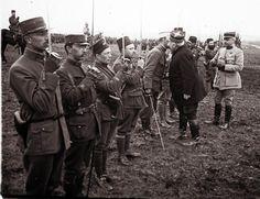 Le général Joseph Joffre remet des médailles aux soldats qui ont combattu durant la bataille de Verdun, mars 1916.