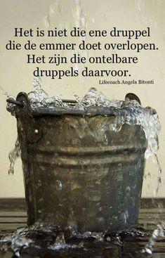 Het is niet die ene druppel. Strong Quotes, Sad Quotes, Words Quotes, Best Quotes, Qoutes, Life Quotes, Inspirational Quotes, Sayings, Healing Words