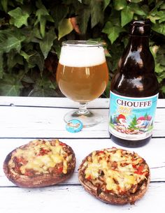 Gevulde portobello van de barbecue. Goed voor te bereiden en dan 's avonds alleen nog even grillen op de BBQ. Heerlijk met een La Chouffe Soleil biertje erbij. Portobello, Cobb Bbq, Barbecue Recipes, Backyard Bbq, Smoking Meat, Tasty Dishes, Food Blogs, Food Porn, Breakfast
