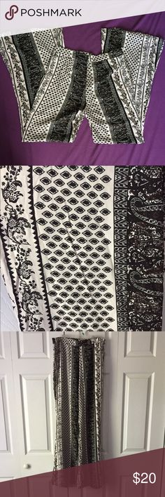 High waisted black and white palazzo pants Beautiful high waisted palazzo pants. Neutral black/White print. Zipper in the back. Very comfortable. Size medium Pants Wide Leg