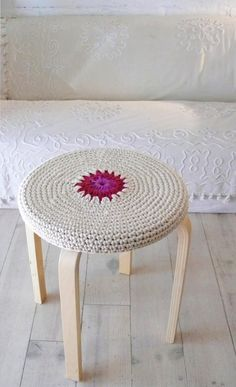 Crochet ikea frosta Stool Cover by lacasadecoto on Etsy, Crochet Diy, Love Crochet, Crochet Crafts, Crochet Projects, Crochet Decoration, Crochet Home Decor, Decoration Table, Frosta Ikea, Crochet Furniture