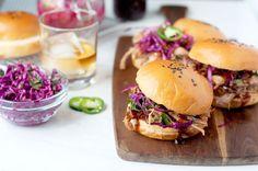 würzig zog Schweinefleisch Sandwiches mit hausgemachten Whiskey BBQ-Sauce