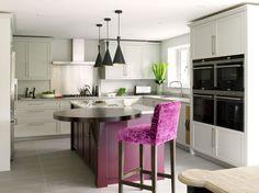 Раскладные столы для маленькой кухни: как оптимизировать кухонное пространство и обзор наиболее удобных современных моделей http://happymodern.ru/kuxonnye-stoly-raskladnye-dlya-malenkoj-kuxni/ Модная лондонская кухня в серо-фиолетовой цветовой гамме с лаконичной мебелью. Круглое обеденное место оригинальной модификации – с подпоркой, являющееся продолжением кухонного острова