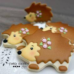 Hedgies! ... #funkycookiestudio #jillfcs #doorcounty #sisterbay #edibleart #cookieart #countrywalkshops #hedgies