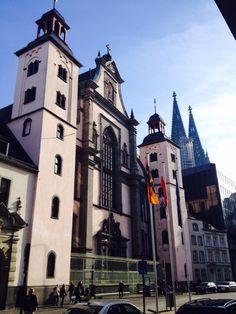 Kölner Barockkirche St. Mariä Himmelfahrt, im Hintergrund der Dom