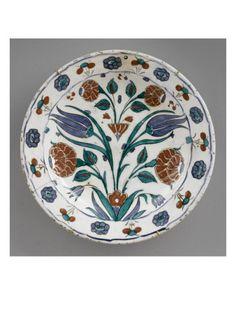 Plat au marli de rosettes et séquins - Musée national de la Renaissance (Ecouen)