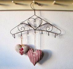 No More Wire Hangers, Wire Hanger Crafts, Metal Coat Hangers, Wire Crafts, Metal Crafts, Diy And Crafts, Arts And Crafts, Metal Garden Art, Metal Art