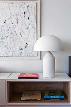 Lámpara 'Atollo', de Vico Magistretti (Artemide) sobre mueble de laca blanca y melamina Masisa 'Roble Touch' (Estudio G+L).
