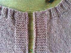 Här är ett sätt att få en snygg kant i rätstickning. Sticka till 2 m återstår. Lyft en maska med garnet framför arbetet. Sticka sista maskan... Textiles, Chrochet, Loom, Knitted Hats, Knitting Patterns, Weaving, Detail, Inspiration, Yarns