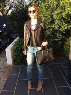 Jeans MAJE, t-shirt ZARA, leather jacket THE KOOPLES sport, bag SAINT LAURENT, heels VALENTINO, necklace ACCESSORIZE, sunglasses RAY BAN.