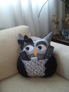 Owl pillow: creative gift idea for Christmas Wonder woman Fabric Crafts, Sewing Crafts, Sewing Projects, Owl Patterns, Sewing Patterns, Hobbies And Crafts, Crafts To Make, Diy Pillows, Throw Pillows