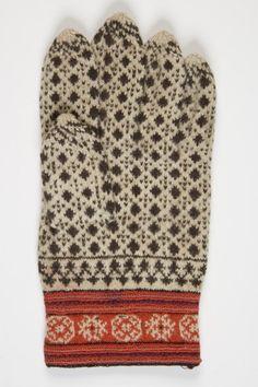 """1870  Eesti Muhu; määramata Hellamaa, küla Lõetsa, """"Tähtpäeva kindad. Praegu on pruukomas veel näha, sest kehva aja tõttu olla nad vähe pruukimisele toodud."""""""