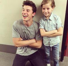Hij heeft een shirt met Hogwarts op!!!