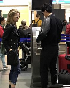 Photos of Cole and Lili at the airport today. #colesprouse #lilireinhart