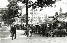 Vredenburg 1965 | Bloemenmarkt | Links is deels Hotel Smits zichtbaar op de hoek van de Lange Viestraat