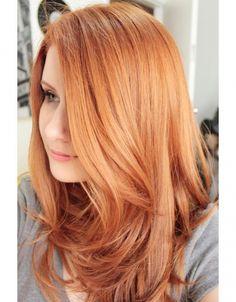 Jasne odcienie rudości to jedna z najmodniejszych kolorów włosów 2016. Na topie znów są truskawkowe blondy i rose gold.