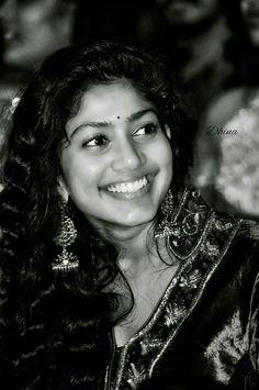 Smile.... Beautiful Bollywood Actress, Beautiful Indian Actress, Beautiful Actresses, South Actress, South Indian Actress, Silk Smitha, Sai Pallavi Hd Images, Indian Heroine, Saree Photoshoot
