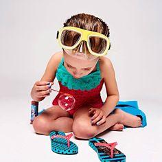 Opblaasfiguren badpakken en zwembroeken en slippers slippers slippers. Leuke kindermode vind je in Kek Mama.  Fotografie Mark Groeneveld   Styling Jasmijn Braber   Visagie Marja Hermes  #kekmamamagazine #kekmama #kindermode #kind #shopping #styling #inspiratie #zomer #kekmama8