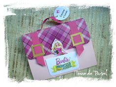 Lindo convite em formato de mochila escolar, tema Barbie Escola de Princesas. Produzido em papel 180g, impressão a laser, fivelas douradas, alça de gorgurão com rebites metálicos dourados.   Enviar os dados da festinha no momento do pedido ou por email: torredpapel@yahoo.com.br R$7,99