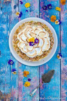 Ein Rhabarberkuchen ist was feines und gehört zum Frühling einfach dazu. Lecker ist er vor allem mit einer Vanillecreme und Baiser.