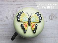 ✿ Schmetterling ✿      {Produkt}    Die Fahrradklingel ist hellgelb lackiert und mit einem handmodellierten und -bemalten Schmetterling verziert.  ...
