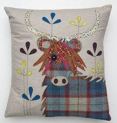 Highland Cow Cushion  by lucy levenson  Leuk de tartan-ruit, zou de hoorns donkere stof gebruiken