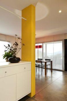 Si tenés un departamento pequeño o un loft, podés diferenciar los espacios mediante el uso del color en estructuras divisorias como esta columna!